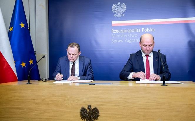 Председатель Польского радио Анджей Рогойский (слева) и замминистра иностранных дел Польши Шимон Шинковский-вель-Сенк.