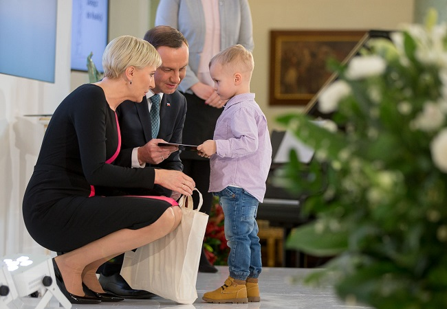 Polish First Lady Agata Kornhauser-Duda, President Andrzej Duda and a scholarship recipient. Photo: Grzegorz Jakubowski/KPRP.