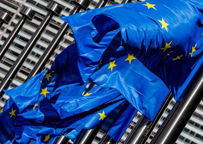 Европейские флаги развиваются перед зданием Европейской комиссии