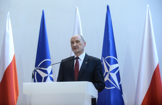 Defence Minister Antoni Macierewicz (C) spoke at a lecture in Toruń. Photo: PAP/Marcin Obara