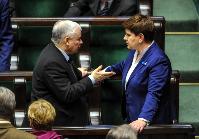 Chairman of the Law and Justice Party Jarosław Kaczyński (L) and Prime Minister Beata Szydło (R) in the lower house of parliament (Sejm), 1 April. Photo: PAP/Marcin Obara