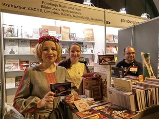 Кірмаш гістарычнай кнігі праходзіць у Варшаве з удзелам беларусаў (ФОТА)