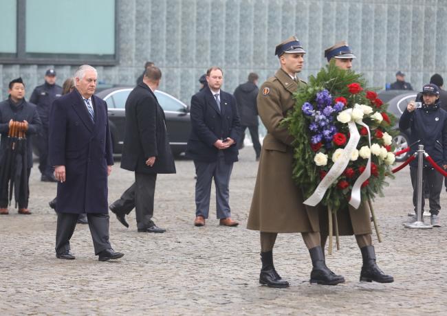 Державний секретар США Рекс Тіллерсон поклав квіти при пам'ятнику Героям Гетто. Варшава, 27 січня 2018 року