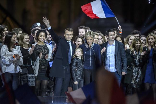 Емманюель Макрон зі своїми прихильниками святкує перемогу в президентських виборах у Франції