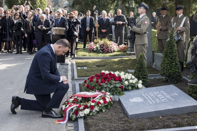 President Andrzej Duda pays his respects at the new tombstone of Konstanty Rokicki (1899-1958) at Friedental Cemetery in Lucerne, Switzerland, on Tuesday. Photo: EPA/URS FLUEELER