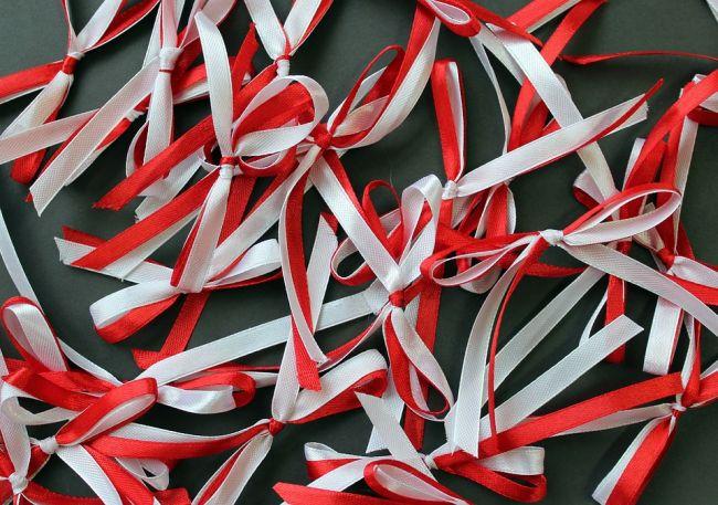 Красно-белые ленточки - символ празднования Дня независимости в Польше.