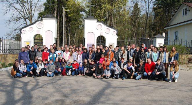 Житомирські поляки прибирають на одному з місцевих польських цвинтарів