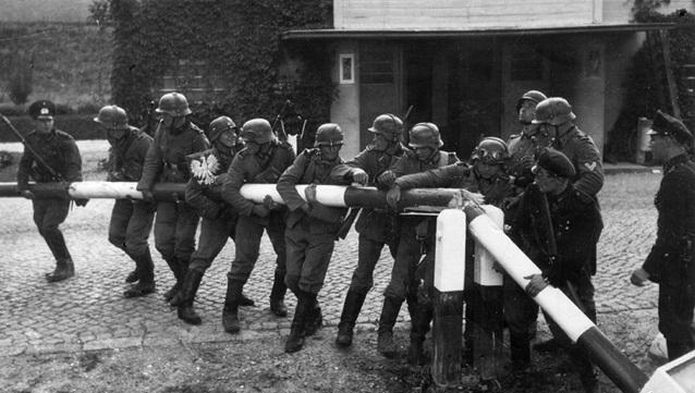 1 вересня 1939 року, німецьке вторгнення в Польщу. Солдати Вермахту ламають польський прикордонний шлагбаум в Сопоті