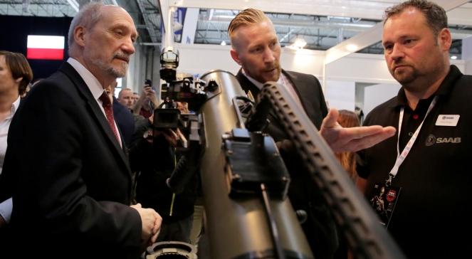 Міністр національної оборони Польщі Антоні Мацєревич (ліворуч) на виставці-ярмарку Pro Defence