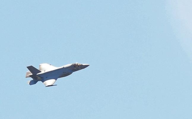 Полет истребителя F-35 после подписания президентами США и Польши соглашения о сотрудничестве в оборонной сфере