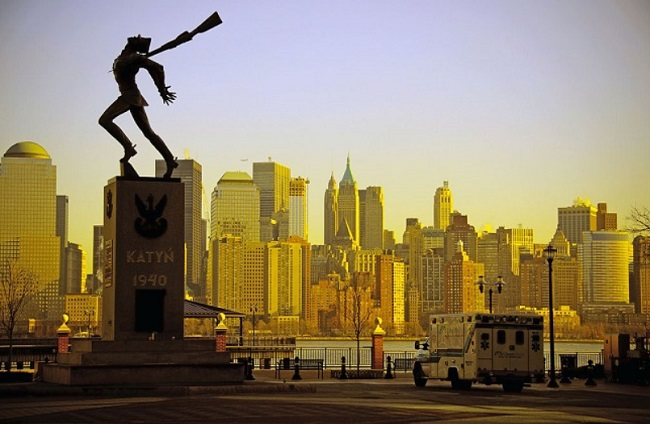 The Katyn Massacre monument in Jersey City. Photo: Colin Knowles [CC BY-SA 2.0 (https://creativecommons.org/licenses/by-sa/2.0)], via Wikimedia Commons