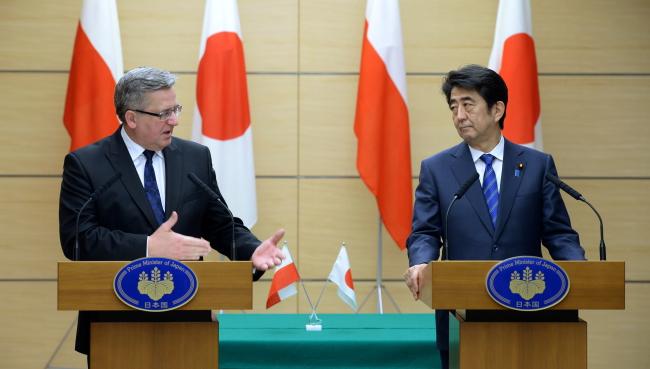 President Bronisław Komorowski (L) and Prime Minister of Japan Shinzo Abe. Photo: PAP/Jacek Turczyk