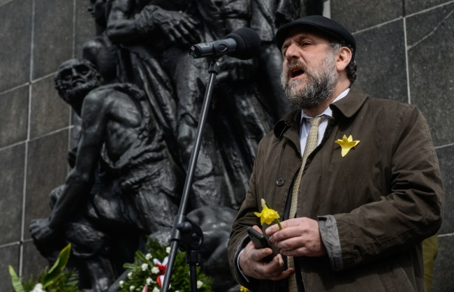 Rabbi Schudrich prayed at the Warsaw Ghetto Uprising monument on Sunday. Photo: PAP/Jakub Kamiński