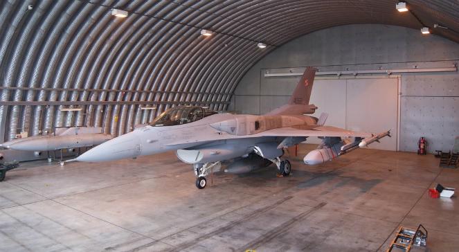 Polski F-16 Jastrząb z pociskami JASSM podwieszonymi w podskrzydłowych węzłach uzbrojenia