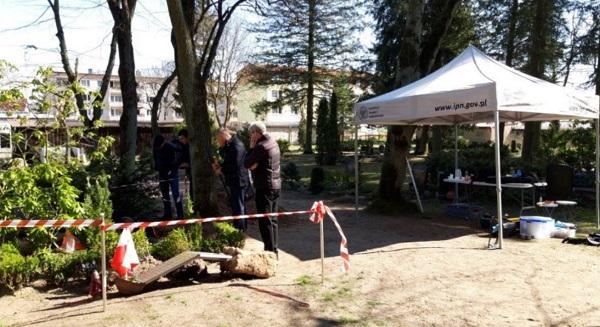 Эксперты IPN на кладбище в Фюрстенберге недалеко от Берлина