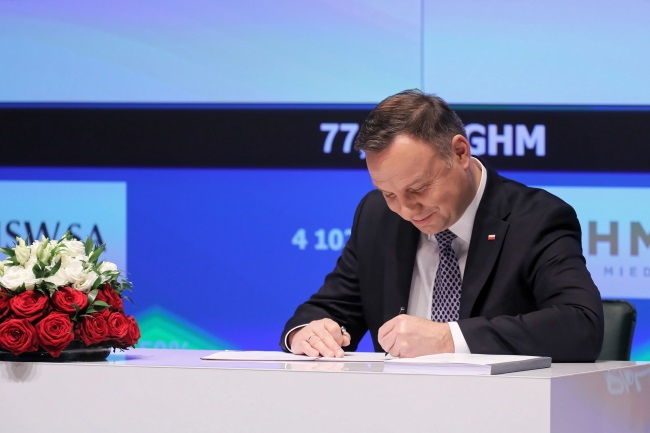 President Andrzej Duda signs Poland's new Employee Capital Pension System (PPK) into effect during a ceremony at the Warsaw Stock Exchange on Monday. PAP/Paweł Supernak