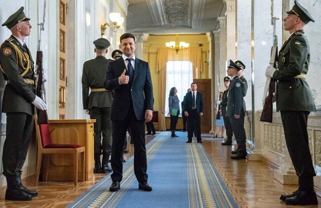 Президент Украины Володымыр Зеленский (в центре) до своей инаугурации в Киеве