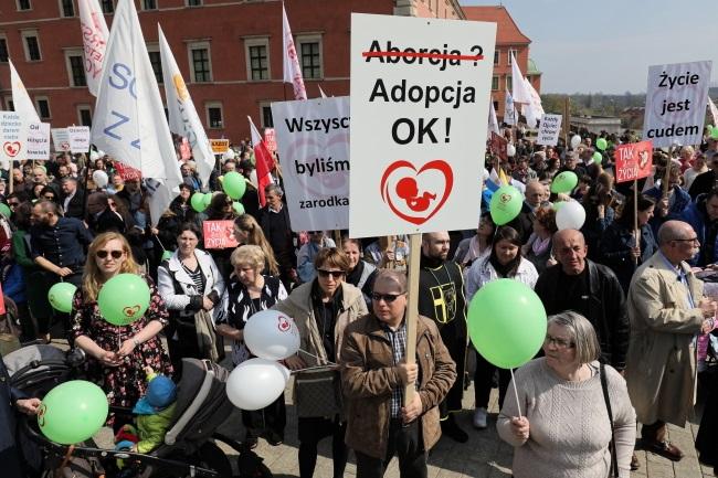 Pro-life marchers in the Polish capital on Sunday. Photo: PAP/Paweł Supernak