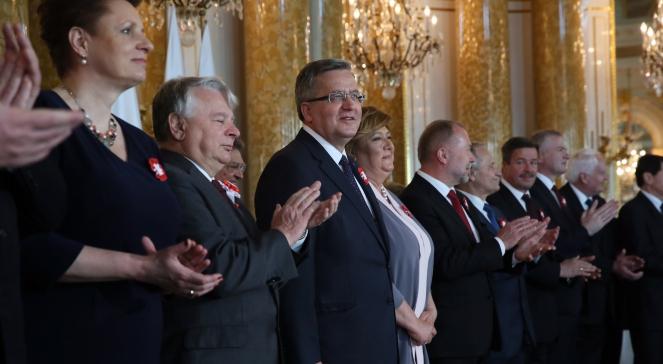 Президент Броніслав Коморовський (третій зліва) на церемонії в Королівському замку з нагоди свята Конституції 3 травня вручив державні нагороди особам, заслуженим для держави і суспільства