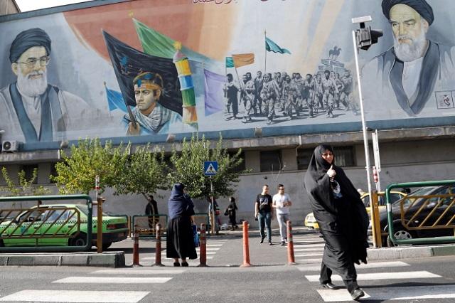 Мурал, на котором изображен иранский религиозный и государственный деятель Великий аятолла Сейед Алии Хосейнии Хаменеии (слева вверху) и иранский политический деятель, Великий аятолла Рухолла Мостафави Мусави Хомейни (справа вверху)