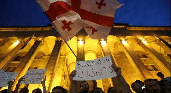 Митинг у здания парламента в Тбилиси