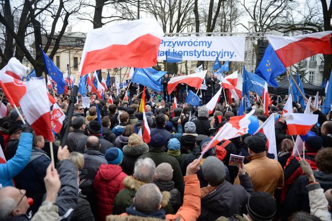 В Варшаве проходит многотысячный протест оппозиционных партий и Комитета защиты демократии. Его участники требуют опубликовать заключение Конституционного суда.