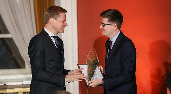Мэр Вильнюса Ремигиюс Шимашиюс вручает благодарственную грамоту директору Польского института Марцину Лапчиньскому.