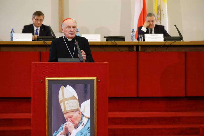Кардинал Казимеж Ныч во время выступления на конференции «Иоанн Павел II: Фундаменты демократии».