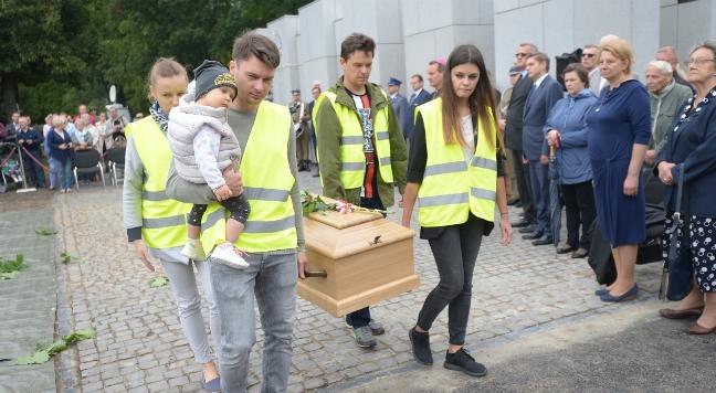 Uroczyste wyprowadzenie szczątków ofiar zbrodni komunistycznych, odnalezionych przez Biuro Poszukiwań i Identyfikacji IPN podczas ostatniego etapu prac ekshumacyjnych w Kwaterze Ł i ŁII Cmentarza Wojskowego na Powązkach w Warszawie Foto: PAP/Marcin Obara