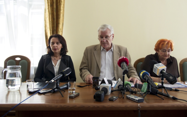 From left:  Małgorzata Sosnowska, a lawyer representing the finders, Zbigniew Nowaczyk, deputy mayor of Wałbrzych, and Maria Majewska, lawyer representing the city. Photo: PAP/Aleksander Kożmiński