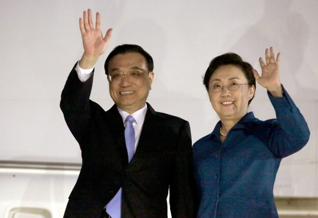 Chinese Prime Minister Li Keqiang and his wife Cheng Hong arrive in Croatia ahead of the summit in Dubrovnik. Photo: EPA/ANTONIO BAT