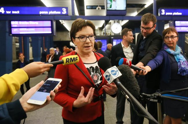 Prime Minister Ewa Kopacz speaks with journalists on Monday, Central Train Station, Warsaw. Photo: PAP/Paweł Supernak