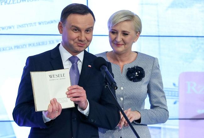 """Polish President Andrzej Duda and first lady Agata Kornhauser-Duda present Wyspiański's """"Wesele"""". Photo: prezydent.pl/Krzysztof Sitkowski."""
