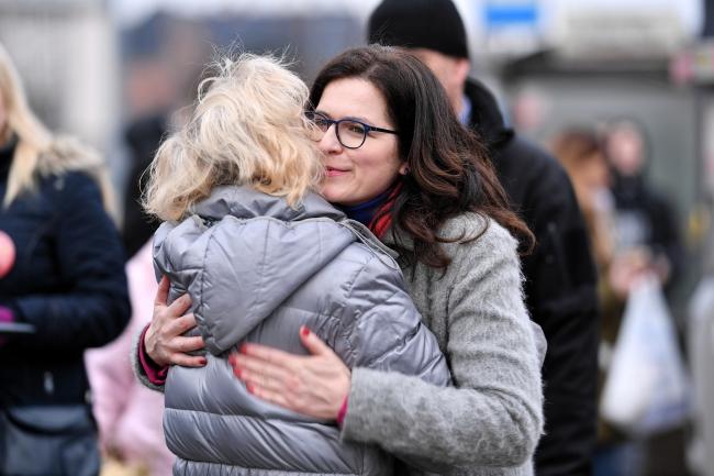 Александра Дулкевич (справа) встретилась с жителями Гданьска перед главным железнодорожным вокзалом, чтобы поблагодарить за отданные голоса