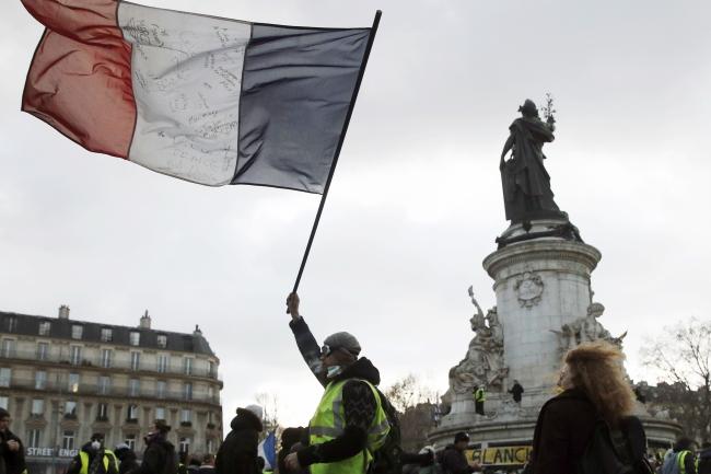 """Протестующие """"желтые жилеты"""" собираются на площади Республики во время демонстрации, посвященной жертвам движения, в Париже"""