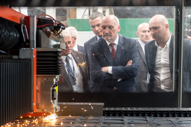 Defence Minister Antoni Macierewicz (C) at the Jelcz factory on Tuesday. Photo: PAP/Maciej Kulczyński