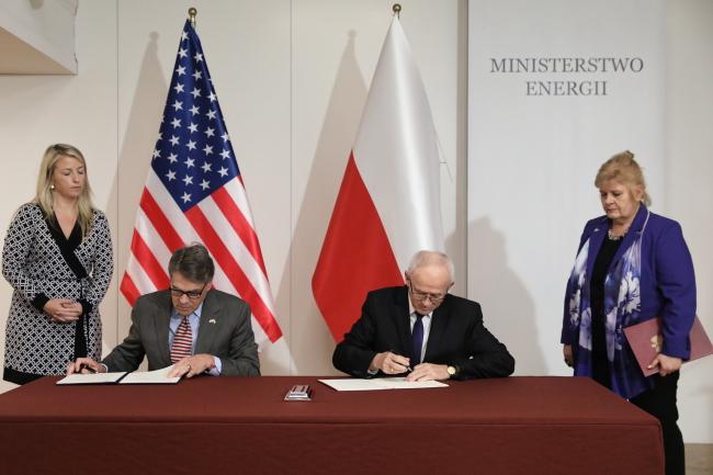 Міністри енергетики США Рік Перрі та Польщі Кшиштоф Тхужевський підписують декларацію про співпрацю у сфері енергетичної безпеки