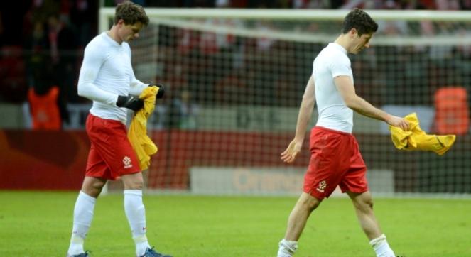 Sebastian Boenisch i Robert Lewandowski schodzą z boiska po ostatnim gwizdku sędziego