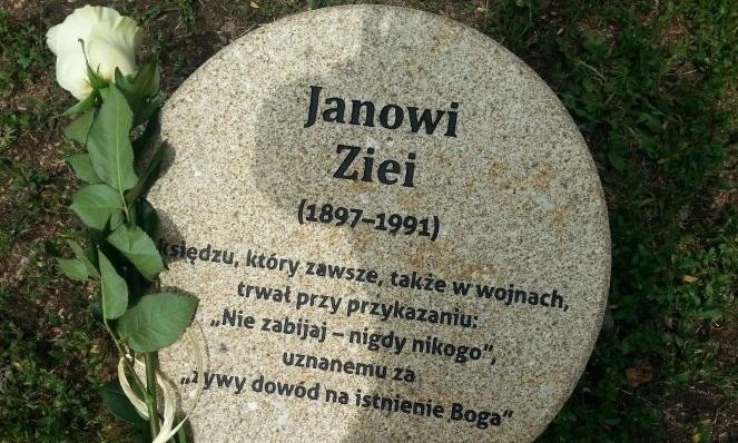 Обелиск в память о ксендзе Яне Зее в Варшавском саду праведников