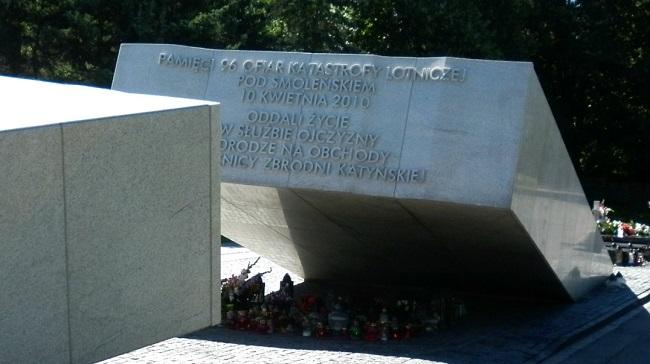 Памятник жертвам Смоленской катастрофы в Варшаве.