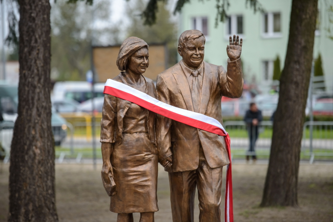 Бронзовий пам'ятник Лєхові і Марії Качинським, відкритий у Більську Підляському