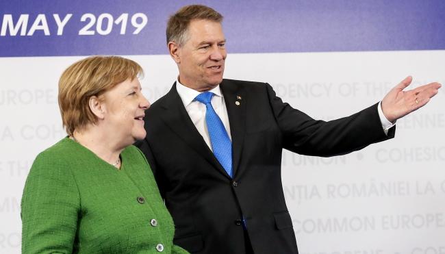 Канцлер Германии Ангела Меркель и президент председательствующей в ЕС Румынии Клаус Йоханнис на саммите ЕС в Сибиу