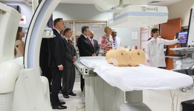 Президент Польши Анджей Дуда (слева) с супругой Агатой Корнхаузер-Дудой во время встречи с работниками MD Anderson Cancer Center