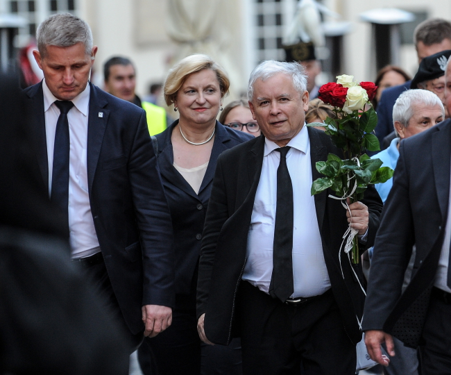 The twin brother of Jarosław Kaczyński (3L) died in the crash. Photo: PAP/Marcin Obara