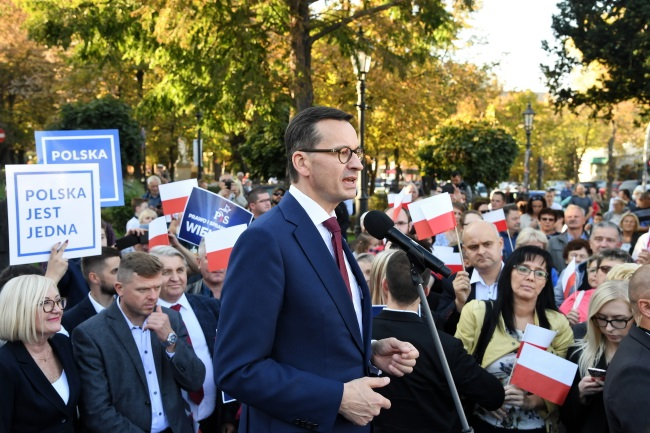 Polish Prime Minister Mateusz Morawiecki (centre) meets residents in the southern town of Wieliczka on Sunday. Photo: PAP/Jacek Bednarczyk