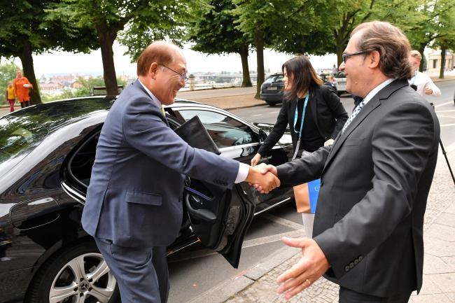 Министр морской экономики и судоходства Польши Марек Грубарчик (на фото с права) встречает в Щецине генерального секретаря Международной морской организации Китака Лиму.
