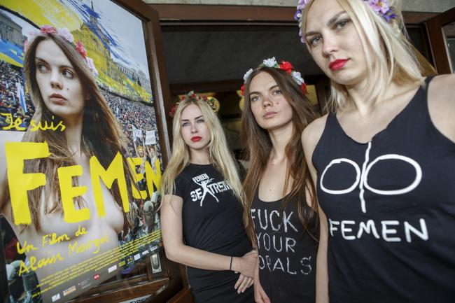 Активістки Фемену. Оксана Шачко - посередині
