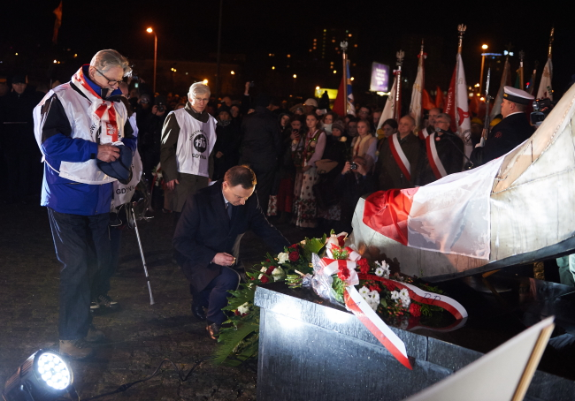President Andrzej Duda (C) lays a wreath at the Monument to the Victims of December 1970 in Gdynia, northern Poland. PAP/Adam Warżawa