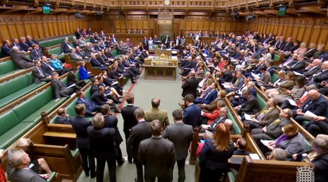 Члены парламента Великобритании после того, как спикер Палаты общин Джон Беркоу объявил результаты голосования британских членов парламента