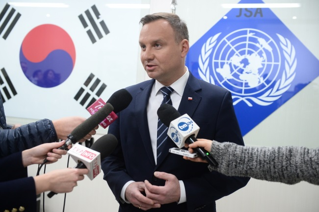 President Andrzej Duda talks to Polish reporters during his South Korean trip. Photo: PAP/Jacek Turczyk